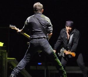 Bruce met zijn rug naar het publiek
